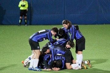 60': Iannolo sommerso dai compagni dopo il gol del vantaggio