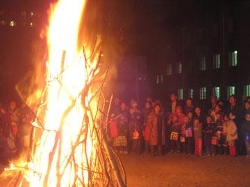 Knisterndes Lagerfeuer zum Laternenfest auf dem Schulhof