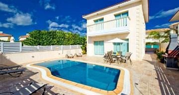 Rückansicht mit Pool, großer Terrasse & Grill | Foto: ZypernTraumVillen, Archiv
