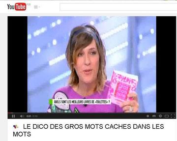 Daphné BÜRKI en mode promo du dico ;-) A gauche, Daphné BÜRKI interviewe Edith dans les toilettes de CANAL+ décorées pour l'occasion