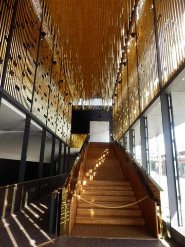 金の円柱と黒で彩られた公共建物