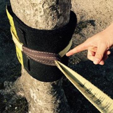 【他社製品】ガースヒッチとは首を締める様にして樹木にスラックラインを固定する方法です。樹皮が傷つく可能性が高い。