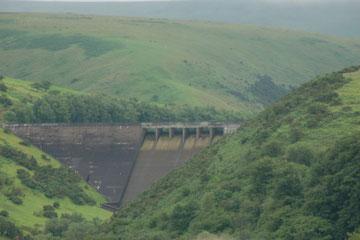 die Staumauer (erbaut 1972) vom Meldon Reservoir - hässlich, aber nötig