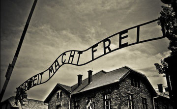 Il tristemente famoso motto del campo di concentramento di Auschwitz