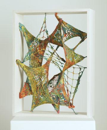 Pigmentierte Papierfasern über gespannten Netzen, 30 x 40 x 10 cm