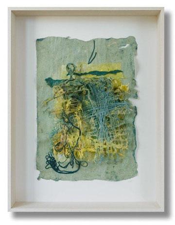 """"""" verstrickt """" Collage, pigmentierter Baumwoll-Linters, gespannte Fäden, Drahtfigur, Objektkasten 49 x 61 x 9 cm"""