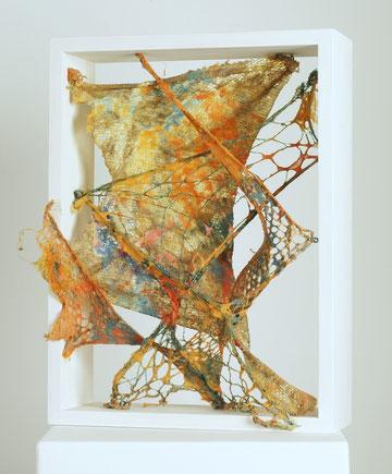 Pigmentierte Papierfasern über gespannen Netzen, 30 x 40 x 10 cm