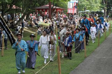 10.馬場清め 雅楽の道楽・神主のお祓い・保存会幟に続き、流鏑馬奉仕者が列をなす