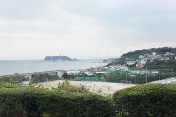 宿泊地に到着!!眼下に七里ヶ浜高校。むこうに江の島!!