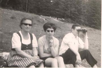 Oma, Mama und  Vater  beim Sonntagsausflug auf der Wolfsleiten,. da durfte ich zum ersten mal einen Fotoapparat in die Hand nehmen  1968