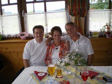Mein Bruder; unsere  Mama und ich bei Ihrem 70er