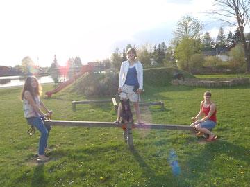 Am Weg zum Maibaumaufstellen ;) mit Jaqueline und Sophie <3