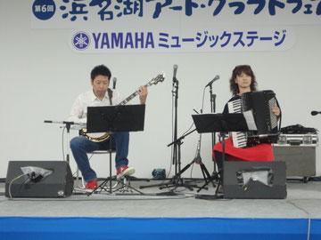 浜名湖クラフトフェアで演奏してきました。この日は雨が降っていました。