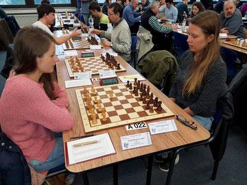 Melanie gegen Sarah. Foto von B. Vökler