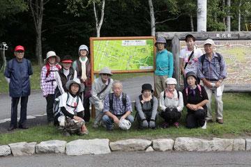 伝習館のコースマップ前で記念撮影