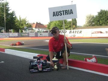 Sieg für Austria, Ivo DAY hat den schönsten Formula one  er freute sich sehr über den Pokal.