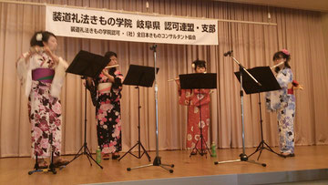 パステルさんという女子大学生の皆様にフルート演奏をして頂きました    やさしい音色で、七夕様にちなんで「星に願いを」など4曲演奏してくださいました