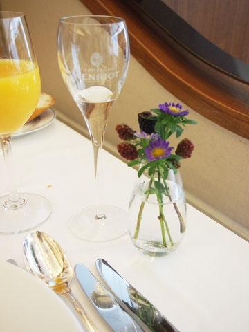 シャンパンはほんのちょっとだけ頂きました。こんな時にお酒が飲めないってもったいないですよね><。。  お花がさりげなくてとてもかわいく、癒されます^^