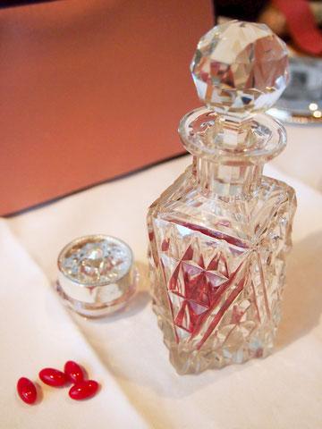 アンティークの香水瓶に入れて机の上に常備^^ ロマンティックで綺麗になれそう^^