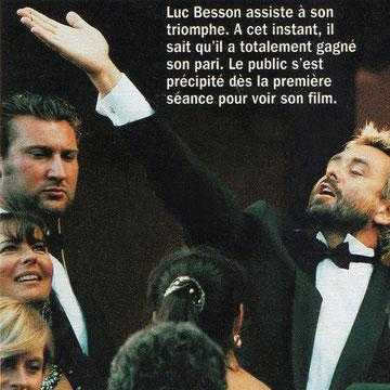 Anik Couble levant les yeux à gauche de Luc Besson  Photo parue dans le Gala spécial Cannes en mai 1997