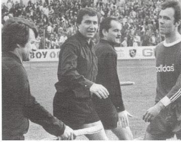 Anton Ulm beim Bundesligaspiel Entracht Frankfurt - Bayern München (15. Mai 1977) als Assistent von Winfried Walz
