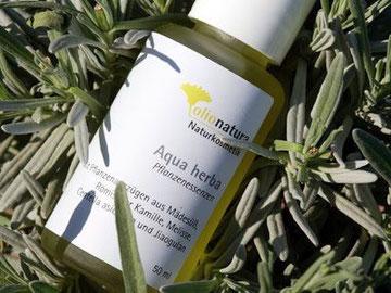 Aqua herba, ein Auszug aus verschiedenen Frischpflanzen in Weingeist, pflanzlichem Glycerin und Hydrolat.