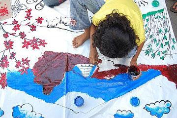 インドネシア側が日本の絵を描いています