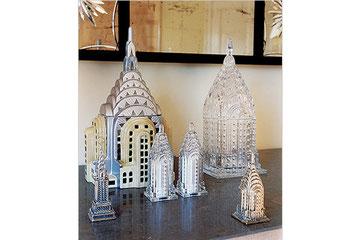 """Des figurines représentant le Chrysler Building. Moi, ça me fait penser à """"Nuits Blanches à Seattle""""."""