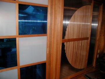 1階の屋根工事会社の事務所の引き戸です。中空ポリカでつくりました。