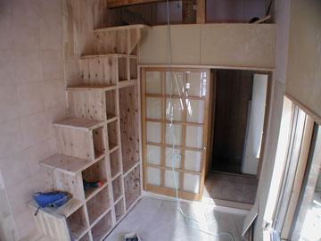 子供室 工事中 ロフトを設けて小屋裏を有効利用。階段兼用の収納です。