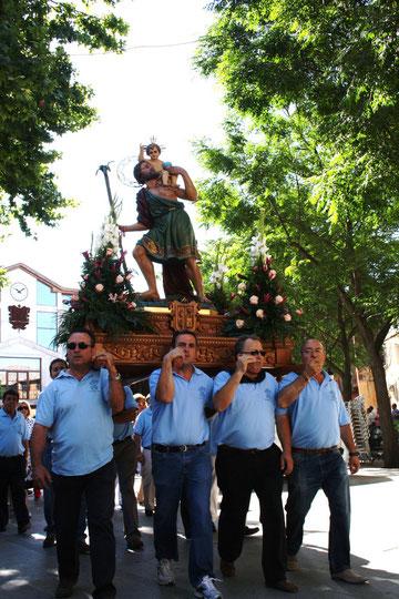 Miembros de la Junta Directiva de S. Cristobal portando la Imagen.