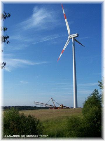 neuer Windgenerator bei Frohnrath mit Montagekran