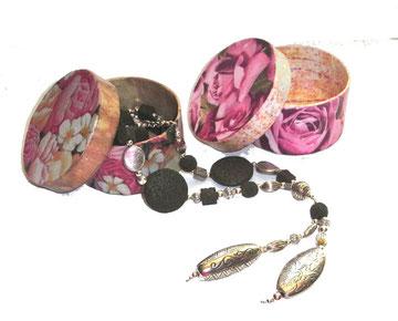 Kette mit dunkelgrünen Lava Perlen und Geschenkdosen