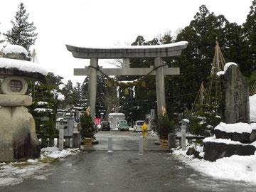 弐ノ鳥居と社号標                            左の大きな燈籠が目を引きます