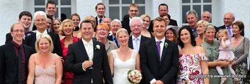 Eine Hochzeitsgesellschaft hat Grund zur Freude