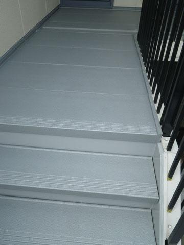 熊本市〇様外壁塗装及び屋根塗装工事の際に撮影しました。階段床の塗装完成状況です。