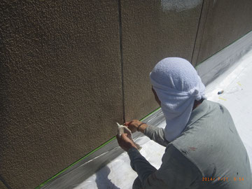 コーキング劣化カ所を剥ぎ取り。折板屋根