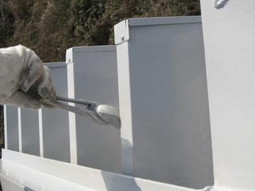 鉄骨屋根の中塗りをハケにて塗装中。