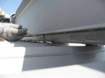 鉄骨屋根の刷毛塗りを隅から隅まで。