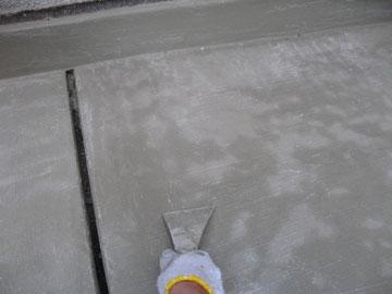 皮すきにてケレン中。 陸屋根防水塗装時