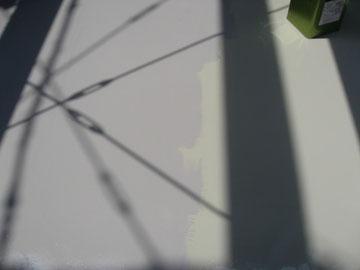 屋上防水中塗り途中状況。