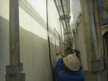 モルタル外壁の高圧洗浄中。