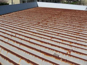 金属屋根のサビ発生状況。
