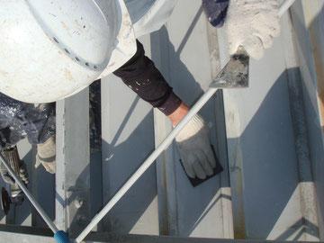 鉄板屋根ケレン状況。下地処理は大切