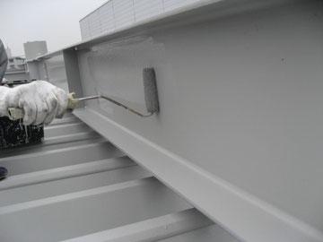 鉄骨屋根の塗装中