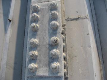 金属屋根のボルト部分に対しケレンを行いました。