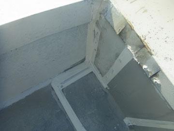 鉄製屋根の防水コーキング処理完了です。