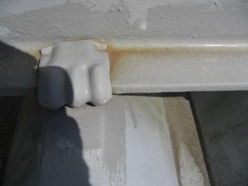 屋根塗装時 金属の重なり部にサビは発生。