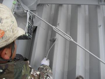 折板屋根の中塗りローラー仕上げ