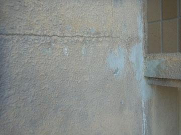 外壁の下地処理を行っています。美しく仕上げるテクニックです。